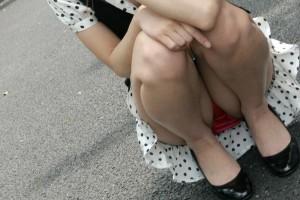 (しゃがみ込みパンツ丸見ええろ写真)しゃがみ込んだ女子の股間がぷっくりえろい☆ww