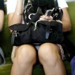 【対面パンチラエロ画像】電車内で対面に座った女の股間が気になって仕方ないww