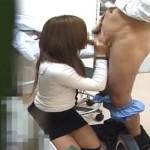 【エロ動画】変態医者に騙されて…乳出してお口でご奉仕させられるギャル妻!(*゚∀゚)=3
