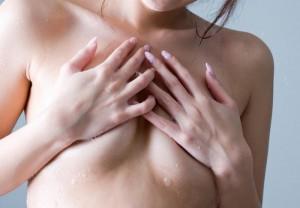 (手ブラえろ写真)ブラを着けずに手のひら等でお乳を隠すチラリズム超最高☆