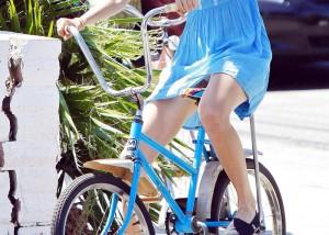 (パンツ丸見ええろ写真)一瞬のすれ違いでも見逃し不可な自転車女子のミニからチラリ(;´Д`)