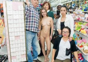 (露出えろ写真)裸なのに当たり前のようにいる☆?露出好きな外人さんたち(;゚Д゚)