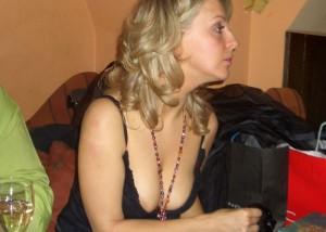 (胸チラえろ写真)誘ってなくても乳頭まで余裕な外人さんの胸元チラリ(;´∀`)