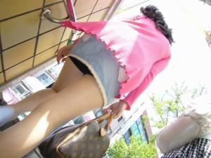 (ローアングルえろ写真)ナナメ下から女子の下半身を狙い撃ちした結果wwwwww