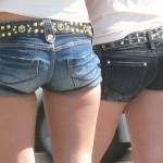 【ホットパンツエロ画像】街中でついつい目立ってしまうホットパンツ女子!