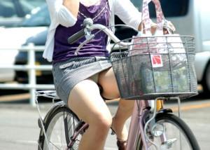 (パンツ丸見ええろ写真)すれ違うその一瞬を焼き付ける☆自転車搭乗中なミニスカ女子(;´Д`)