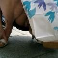 【街撮りパンチラエロ画像】偶然に見つけた素人娘たちの油断した股間を激写!