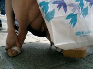 (街撮りパンツ丸見ええろ写真)偶然に見つけたシロウト小娘たちの隙ありした股間を激写☆
