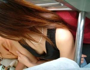 (列車内胸チラえろ写真)列車内で隙ありして胸チラを秘密撮影された女子たち☆