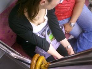 【電車内胸チラエロ画像】電車の中で不用意に開いた胸元を狙われた女の子の末路w