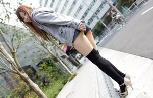 (ホットパンツえろ写真)露になった太ももが色っぽいなホットパンツ女子☆
