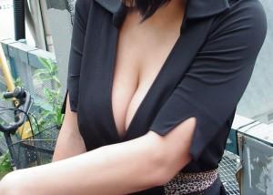 (谷間えろ写真)この攻撃的な胸元は☆谷間出したまま街行く美巨乳オネエさんたち(*´Д`)