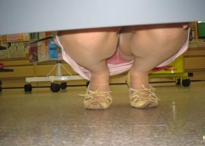 (パンツ丸見ええろ写真)ミニスカ客のいる店内の棚下はお楽しみがいっぱい(*´Д`)