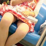 【電車内盗撮エロ画像】電車の中で女の子の胸元、股間狙ってみた結果www