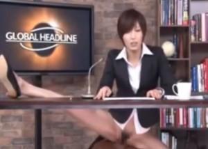 (えろムービー)ニュース読みながら机の下でハメまくってるアナウンサー☆(;゚∀゚)=3