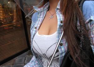 (着衣美巨乳えろ写真)街中でSEXアピール絶大の着衣美巨乳な女子☆