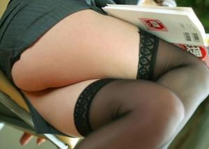 【太ももエロ画像】涎を誘うムチムチ加減w座って組まれた豊穣な太もも(;´Д`)