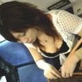 【電車内胸チラエロ画像】油断した!?胸元の開いた素人娘たちを激写した結果ww