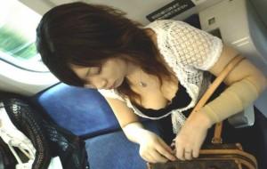 (列車内胸チラえろ写真)隙ありした☆?胸元の開いたシロウト小娘たちを激写した結果wwww