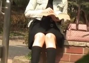 (えろムービー)公園で一人座るミニスカオネエさんがパンツ丸見えするまで張り込み☆(;゚∀゚)=3