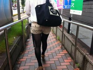 (街撮りホットパンツえろ写真)街中で見かけたホットパンツ女子から目が離せないwwwwww