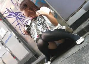 (しゃがみ込みパンツ丸見ええろ写真)しゃがみ込んだ女子の股間に視線は釘付け☆パンツ丸見え写真