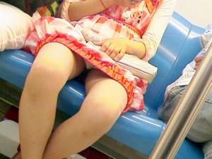 【電車内盗撮エロ画像】女性陣注意!電車内で油断するとこういう写真を撮られる件ww