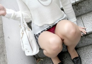 (しゃがみ込みえろ写真)しゃがみ込んだ女子の股間が気になって仕方ないwwww