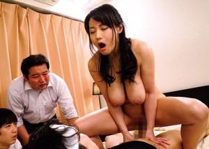 【エロ動画】息子のイジメっ子に息子と夫の前で寝取られた爆乳ママ!(*゚∀゚)=3