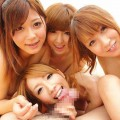 【ハーレムエロ画像】複数人の女の子を囲って裏山すぎるプレイ!おい!代われ!!