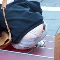 【ローライズエロ画像】ローライズファッションでパンチラしまくり女子の現状www