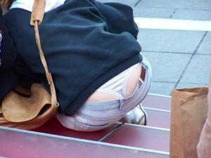 (ローライズえろ写真)ローライズファッションでパンツ丸見えしまくり女子の現状wwwwww