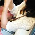 【電車内胸チラエロ画像】電車の中で油断している素人娘の胸チラ狙った結果!