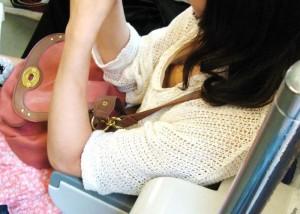 (列車内胸チラえろ写真)列車の中で隙ありしているシロウト小娘の胸チラ狙った結果☆