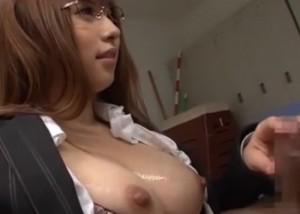 【エロ動画】妹の彼氏である教え子を体育倉庫で誘惑する巨乳女教師!(;゚∀゚)=3