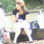 【エロ動画】都内で有名なパンチラスポットでミニスカ座り女子を監視!(;゚∀゚)=3