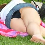 【パンチラエロ画像】ミニ履いて寝る人達は下着どころか尻肉も丸見え!(゚A゚;)