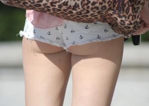 【着尻エロ画像】揺れる実物も見るべき街角のホットパンツハミ尻!(;・∀・)