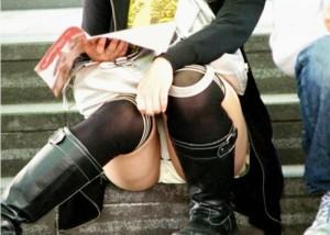 【パンチラエロ画像】梅雨が来る前に広場でしっかり見ておきたい座りチラ!(;´Д`)