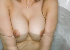 【入浴エロ画像】浮力に揉まれてる…お風呂に入った美女たちの乳!(;´Д`)