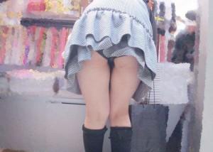 (パンツ丸見ええろ写真)うっかり前屈みしたから見えたミニの中身☆(;^ω^)