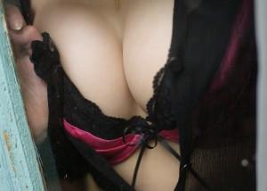 (谷間えろ写真)脱いだらもっと素晴らしい気配がする乳の谷間に接近☆(;・∀・)
