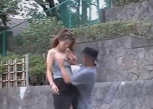 【エロ動画】襲撃!ノーブラお姉さんの服ズリ下ろして生乳ポロリ(;゚∀゚)=3
