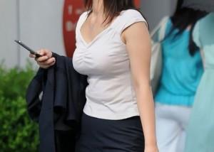 【着胸エロ画像】脱いでもボリュームダウンはありませんように…街角着衣巨乳撮り(゚A゚;)