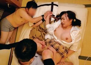 【コスプレエロ画像】童顔女子なら似合いやすくてリアルな制服セックス!