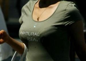 【着胸エロ画像】中身も知りたくなってくる乳袋目立たせた着衣巨乳な通行人たち!