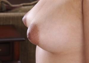 【乳頭エロ画像】興奮するともっと膨らんで感度も上がるパフィーニップル!