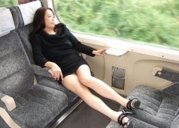 【熟女ミニスカエロ画像】いい年してあんなに短いスカート穿いて!誰を誘うのか?