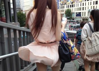 【パンチラエロ画像】まさに神風!?風に舞い上がったスカートから覗くパンティー!